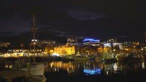 霍巴特,塔斯马尼亚,澳大利亚- 2016年4月,11日:渔船夜间视图在维多利亚船坞的在霍巴特 股票视频