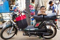 霍斯佩特,印度- 2013年2月20日-摩托车的逗人喜爱的印地安男孩 免版税库存照片