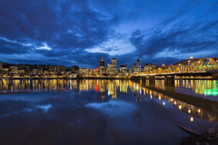 霍桑桥梁向波特兰街市在蓝色小时 图库摄影