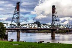 霍桑桥梁-有在波特兰跨过威拉米特河的一种垂直的推力的桁架桥 免版税库存图片