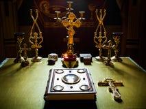 霍莉在桌上的圣经书在教会十字架 免版税图库摄影