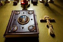 霍莉在桌上的圣经书在教会十字架 库存图片
