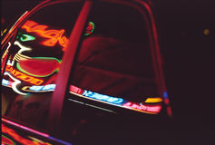 霓虹反射在车窗里 免版税库存照片