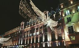 霓虹天使照亮了圣诞节装饰xmas英国12月伦敦城市光英国欧罗巴公共建筑 免版税库存图片