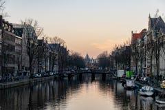 霓虹平衡的光在阿姆斯特丹运河,荷兰反射了 免版税图库摄影