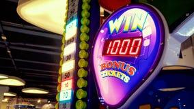 霓虹显示陈列在游乐场的困境在赌博娱乐场或抽奖的特写镜头图象 库存照片