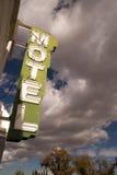 霓虹汽车旅馆标志明白蓝天白色滚滚向前的云彩 库存图片