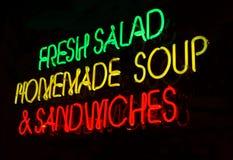 霓虹沙拉三明治符号汤 免版税库存图片