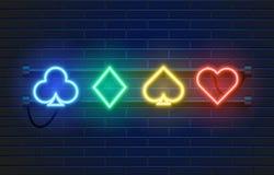 霓虹灯在墙壁背景的赌博娱乐场横幅 啤牌或大酒杯打牌标志 拉斯维加斯概念 向量例证