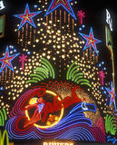霓虹灯在飞溅赌博娱乐场和旅馆外面在晚上,拉斯维加斯, NV 库存照片