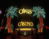 霓虹灯在绿洲赌博娱乐场和旅馆外面在晚上,拉斯维加斯, NV 图库摄影