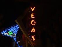 霓虹灯广告佛瑞蒙街市区拉斯维加斯反对黑暗的ba 免版税图库摄影