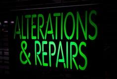 霓虹灯广告叠更和修理 免版税图库摄影