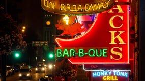 霓虹灯广告在百老汇大街的晚上在纳稀威,田纳西 图库摄影
