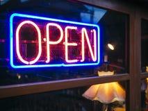霓虹灯广告开放标志光带餐馆商店 免版税库存图片