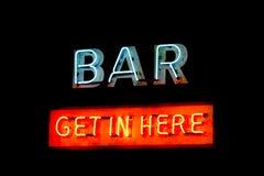 霓虹灯显示词的酒吧标志进来这里 免版税库存图片