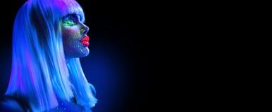 霓虹灯的时装模特儿妇女 在黑色有五颜六色的明亮的萤光构成的美丽的式样女孩隔绝的 紫外 免版税库存图片