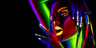 霓虹灯的时装模特儿妇女 有五颜六色的萤光构成的美丽的式样女孩 免版税库存图片
