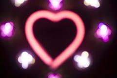 霓虹爱心脏形状标志在晚上 库存图片
