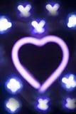 霓虹爱心脏形状标志在晚上 免版税库存照片