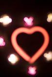 霓虹爱心脏形状标志在晚上 库存照片