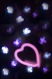 霓虹爱心脏形状标志在晚上 免版税库存图片