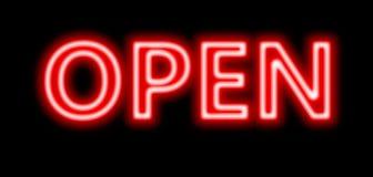 霓虹红色开放标志 免版税库存图片