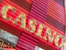 霓虹赌博娱乐场标志在晚上,佛瑞蒙街,拉斯维加斯, Nev打开了 免版税图库摄影