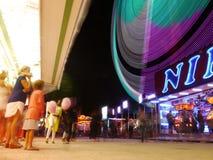 霓虹转盘和市场的所有乐趣在巴黎 库存图片