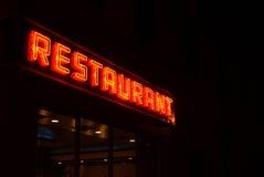 霓虹餐馆标志在夜之前 库存图片