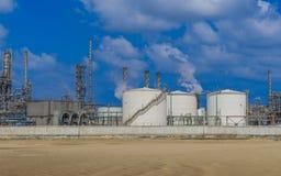 结霜气体晚上油料植物精炼厂场面冬天 免版税库存照片