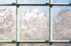 结霜的冬天玻璃窗背景 免版税图库摄影
