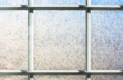 结霜的冬天玻璃窗背景 免版税库存图片