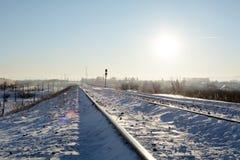霜铁路小于中午12点太阳 免版税库存照片