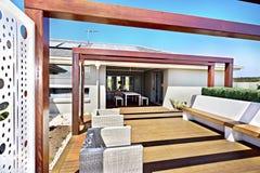 露台一个现代房子的就座区域有地板的 免版税图库摄影