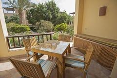 露台在豪华热带假日别墅的大阳台区域 免版税库存图片