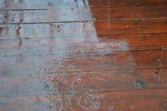 露台地板湿由雨 免版税库存照片