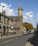 露台的房子和教会Uppermill的 免版税图库摄影