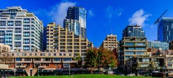 露台的江边地平线的全景派克市场在西雅图 免版税库存图片