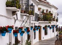 露台的白色议院在安达卢西亚,西班牙 免版税库存照片