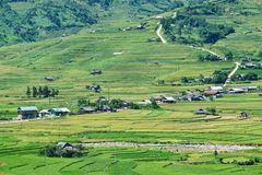 露台的米领域和H ` Mong种族人民的传统房子 免版税库存图片