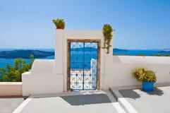 从露台的门在锡拉(圣托里尼),希腊海岛上的Fira镇  免版税库存照片