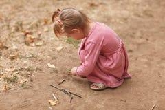 露天使用一件桃红色的礼服的美丽的小女孩 库存图片