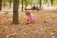 露天使用一件桃红色的礼服的美丽的小女孩 库存照片