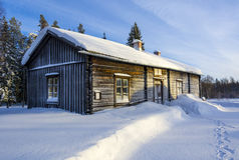 露天博物馆的老瑞典农厂房子雪的 免版税图库摄影