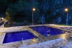露天含硫水游泳池在晚上 博尔若米 佐治亚 免版税库存图片
