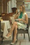 露天咖啡馆的妇女 免版税库存图片