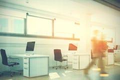 露天场所办公室,树,白色墙壁,人们 免版税图库摄影
