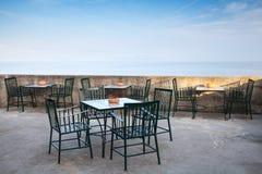 露天场所海边开放餐馆内部 免版税库存图片