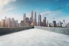 露天场所阳台有吉隆坡都市风景地平线视图 库存照片